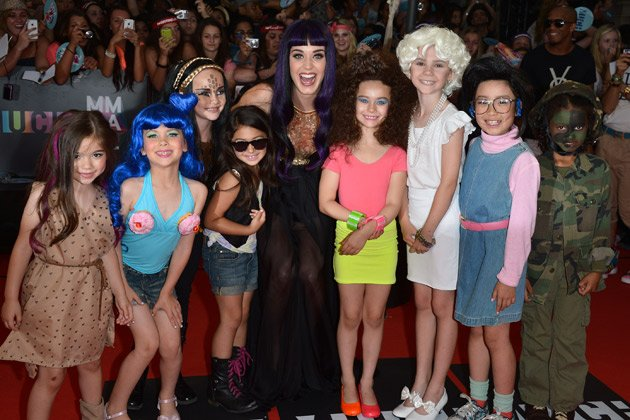 Sweet: Katy Perry mit ihren acht Mini-Mes (Bild: Getty Images)
