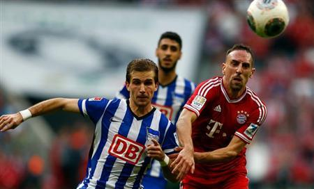 Franck Ribery of FC Bayern Munich is challenged by Hertha Berlin's Peter Pekarik during their German first division Bundesliga soccer match in Munich October 26, 2013. REUTERS/Michael Dalder