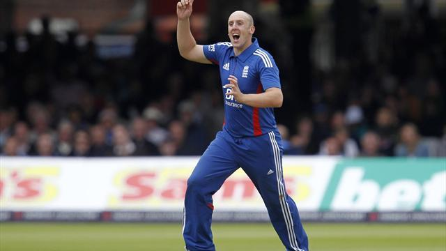Cricket - Tredwell and Meaker start for England