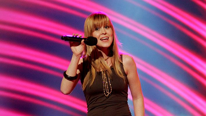 Leslie Hunt performs in front of the judges on the 6th season of American Idol.