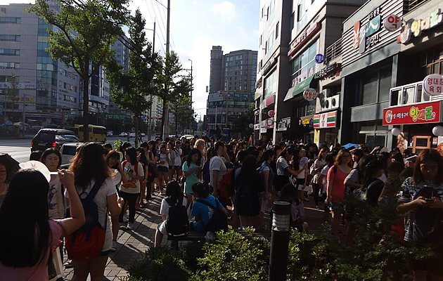 Korean fans queue from 5 am for a chance to see B2st (Photo courtesy of embracingyourkoreanseoul)