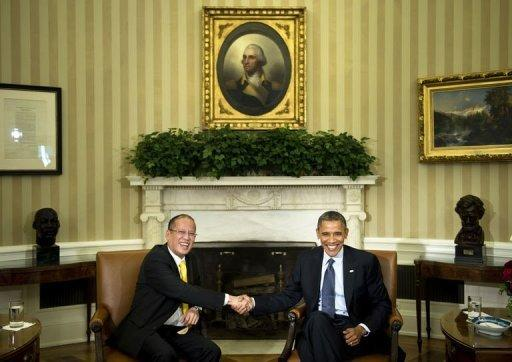 US President Barack Obama (R) and President of the Philippines Benigno Aquino (L) shake hands