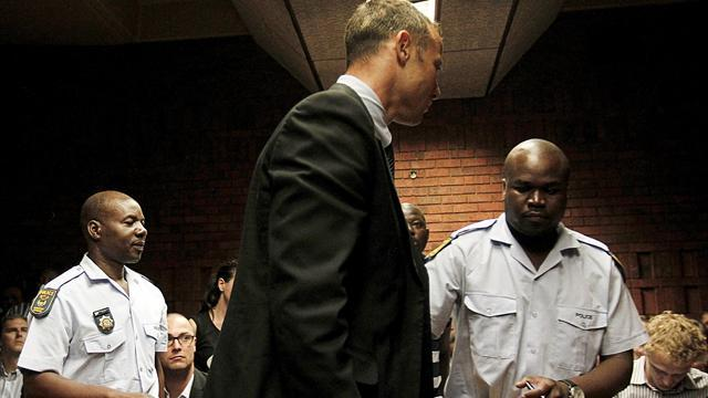 Pistorius case - Pistorius 'put on legs before firing gun'
