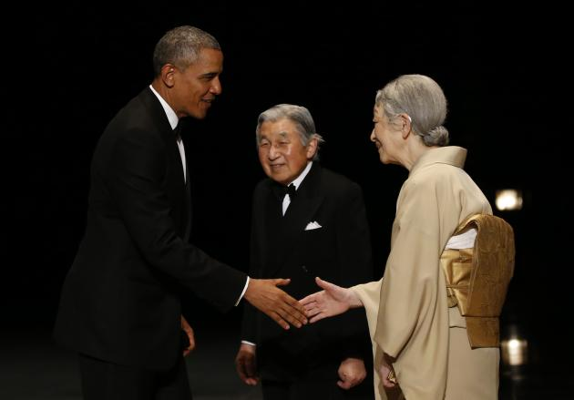 Obama is welcomed by Akihito and Michiko upon his arrival at the Imperial Palace for a banquet in Tokyo