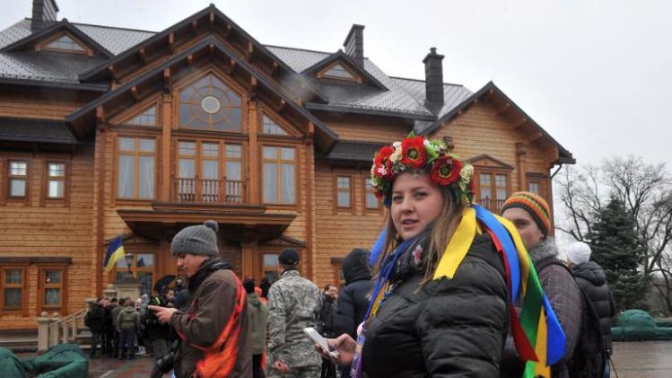 People visit the main building of Ukrainian President Viktor Yanukovych's residency near Kiev on February 22, 2014