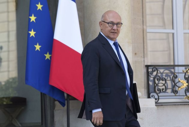 French Finance minister Michel Sapin leaves the Elysee Palace following the weekly cabinet meeting in Paris September 10, 2014. French Finance Minister Michel Sapin announced on Wednesday that France will need until 2017 to bring its public deficit down to three percent of output, breaking its promise to EU partners to reach that goal by 2015. REUTERS/Philippe Wojazer (FRANCE - Tags: POLITICS BUSINESS)