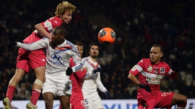 Toulouse's French midfielder Clement Chantone (L) and Danish forward Martin Braithwaite (R) challenge Lyon's French midfielder Gueida Fofana (C) (AFP)