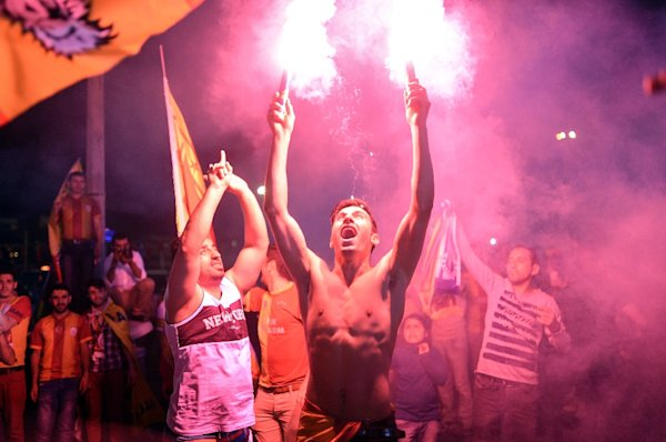 Supporters celebrate after Galatasaray were crowned champions of Turkey's top flight for a record 20th time on May 25, 2015 in Istanbul (AFP Photo/Bulent Kilic)