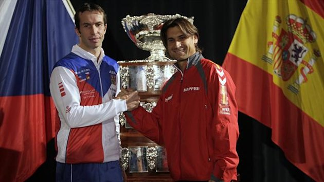 Czech Republic's Radek Stepanek (L) and Spain's David Ferrer pose for a picture after the draw for the Davis Cup final in Prague