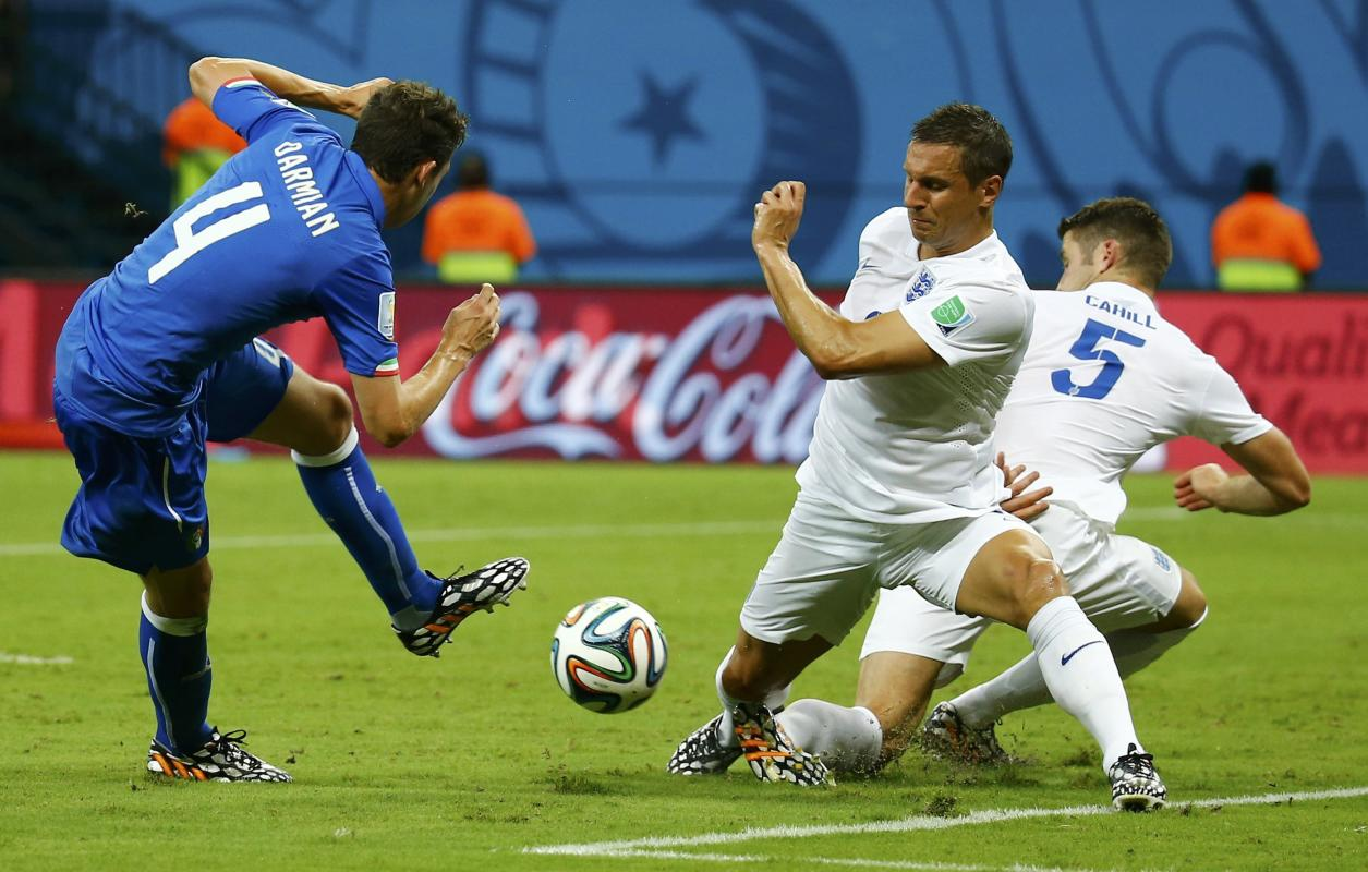 Italy's Darmian fights for ball with England's Jagielka and Cahill during World Cup soccer match in Manaus