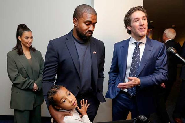 Kanye West y Kim Kardashian en su último servicio religioso en Lakewood