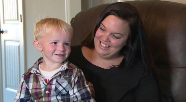 Grávida do seu segundo filho, a americana Brooke Johns será julgada neste mês por ter deixado seu filho, uma criança de apenas três anos, urinar no estacionamento de um posto de gasolina (Reprodução)