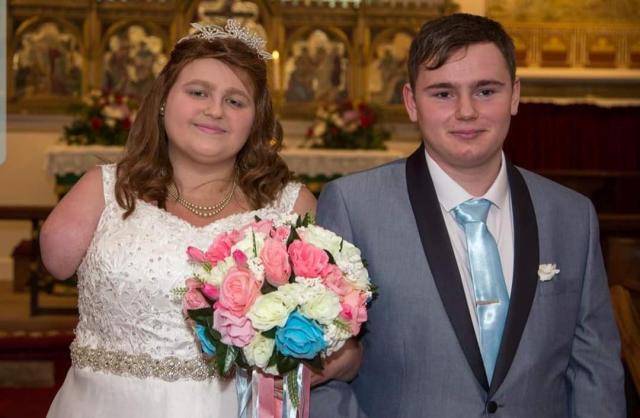 Shannon Lynch和Ashley在100个朋友和家人之前结婚。 [照片:SWNS]