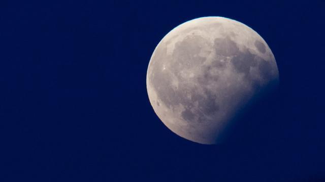 Bei einer partiellen Mondfinsternis verdunkelt sich der Mond teiweise, weil er durch den Erdschatten wandert. Foto: Sven Hoppe