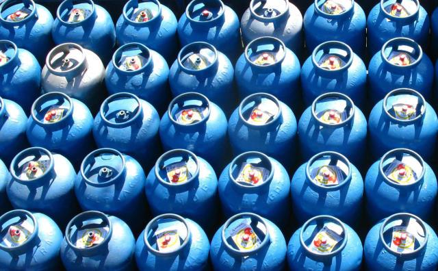 *ARQUIVO* SÃO PAULO, SP, 15.06.2010: Venda de gás de cozinha engarrafado em botijões de 13kg, em São Paulo, SP. (Foto: Douglas Cometti/Folhapress)