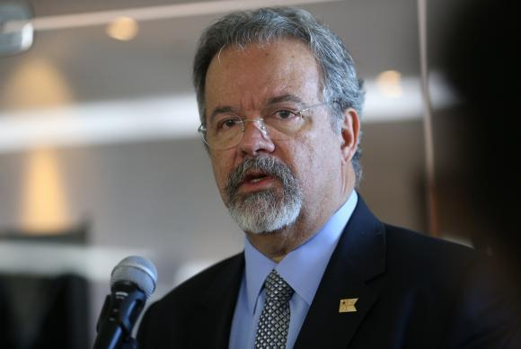 Brasília Após reunião com o presidente Michel Temer no Quartel-General do Exército, os ministros da Defesa, Raul Jungmann, e da Cultura, Roberto Freire, falam com a imprensa (Antônio Cruz/Agência Brasil)