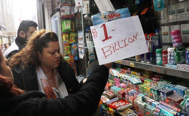 PHOTO: An impromptu 'One Billion dollars' sign is on display as customers line up to buy Mega Millions tickets at a newsstand in midtown Manhattan in New York, Oct. 19, 2018. (Mike Sugar/Reuters)