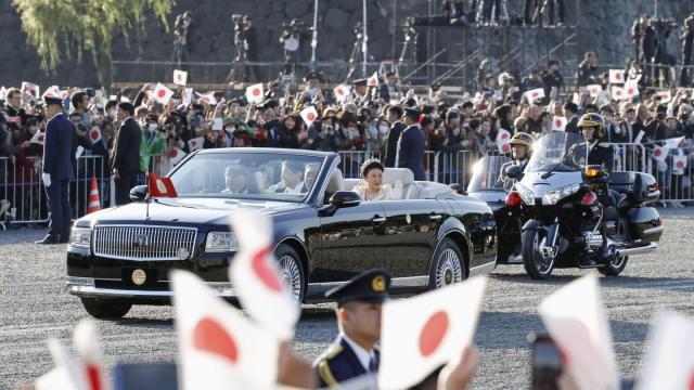 Das japanische Volk jubelt Kaiser Naruhito und Kaiserin Masako zu.