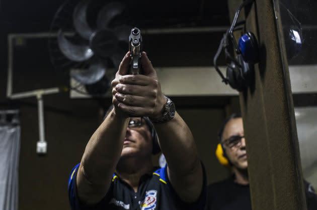 """""""O decreto presidencial assinado hoje é uma falsa solução para os problemas da violência no Brasil e não avança em medidas necessárias para fortalecer o controle e fiscalização de armas e munições"""", diz nota do PSol."""