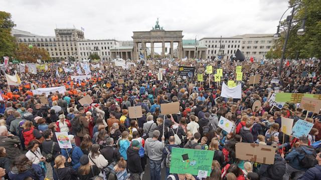 Teilnehmer der Fridays-for-Future-Demonstration stehen vor dem Brandenburger Tor. Nach Veranstaler-Angaben haben in Berlin rund 270.000 Menschen an den Protesten teilgenommen. Foto: Jörg Carstensen