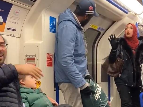 头巾中的一个女人与种族歧视犹太父亲和孩子的男人发生争执(左):克里斯·阿特金斯(Chris Atkins)/ Twitter