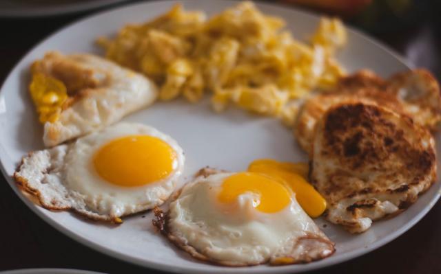 La puntilla aporta una gran textura en los huevos fritos. Foto:Pxhere