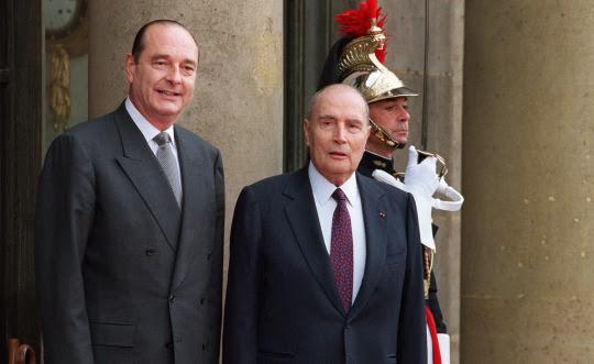 Jacques Chirac et François Mitterrand sur le perron de l'Élysée.