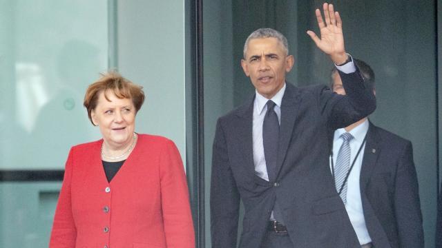 Angela Merkel und Barack Obama kommen nach einem Gespräch aus dem Kanzleramt in Berlin. Der ehemalige US-Präsident ist seit Donnerstagabend in Deutschland. Foto: Michael Kappeler