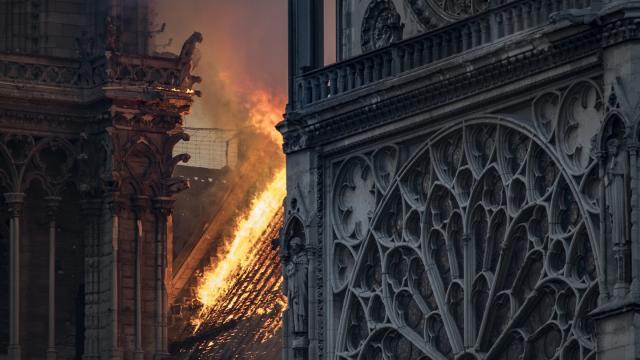 Notre-Dame am 15. April: Vom Dachstuhl aus hat sich das Feuer in der Kathedrale von Paris ausgebreitet. ©Thomas Samson/Getty Images