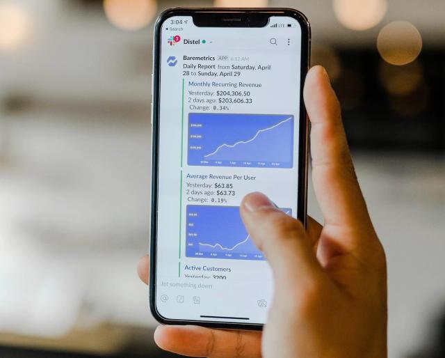 Una persona revisa un gráfico en uno de los mejores smartphones para hacer negocios.