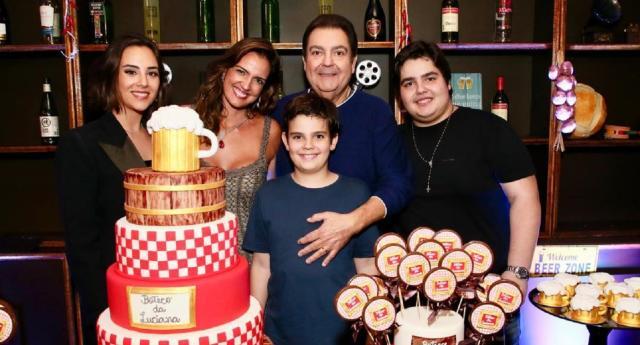 Luciana Cardoso comemora aniversário com o marido, Fausto Silva, a enteada, Lara, e os filhos, Rodrigo e João Guilherme. Foto: reprodução/Instagram/lucard
