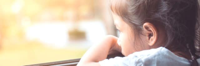 孩子看着窗外伤心