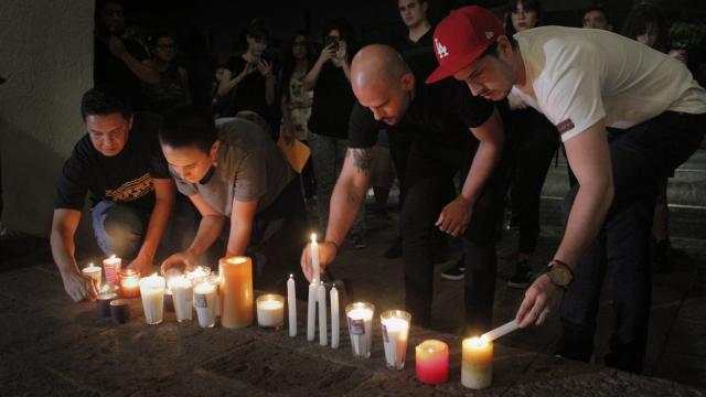 Bei einem Protest vor dem Haus des Gouverneurs von Jalisco werden Kerzen angezündet. Foto: El Universal/El Universal via ZUMA Wire