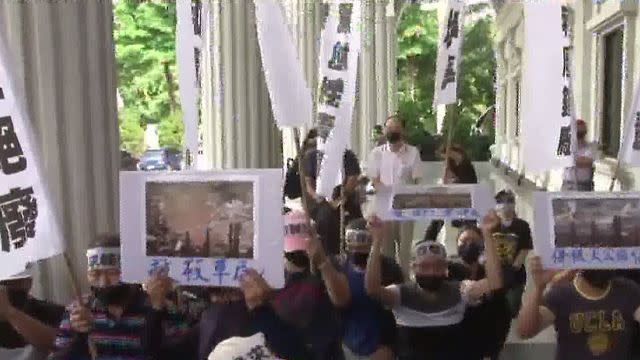 「市長救救我們」 大寮居民跪求見韓國瑜
