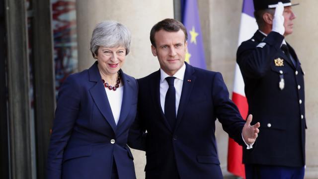 Von De-Gaulle'schen Anwandlungen war zumindest bei der Begrüßung vor dem Präsidentenpalast nichts zu sehen: Hausherr Emmanuel Macron heißt Theresa May in Paris willkommen. ©Francois Mori/AP/dpa