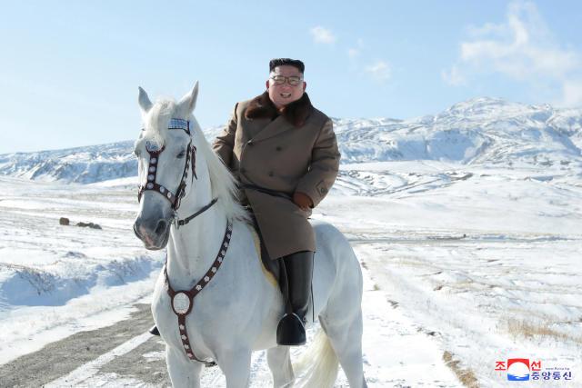 Ob mit oder ohne Pferd, Besuche des Berg Paektu kündigen oft große Entscheidungen an (Bild: KCNA via Reuters)