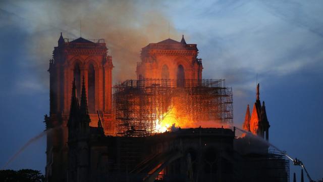 Ein Feuerwehrmann (r) versucht, das Feuer in der Kathedrale Notre-Dame zu löschen. Foto: Michael Euler/AP