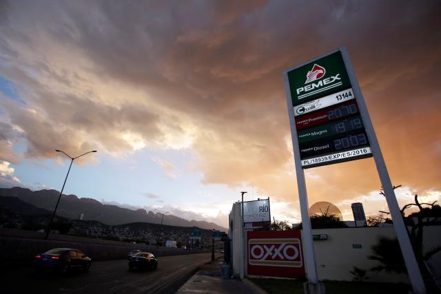 Una señal digital de la empresa estatal Petróleos Mexicanos (PEMEX) muestra los precios de la gasolina en una estación de servicio en Monterrey, México, el 8 de agosto de 2018. REUTERS / Daniel Becerril