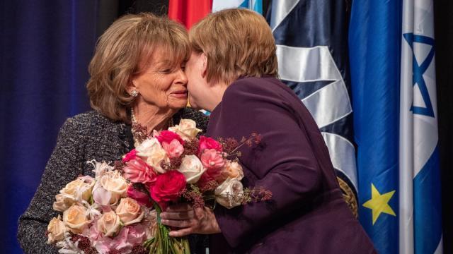 Bundeskanzlerin Angela Merkel (r, CDU) umarmt während der Verleihung des Theodor-Herzl-Preises, Charlotte Knobloch, Präsidentin der Israelitischen Kultusgemeinde München und Oberbayern.