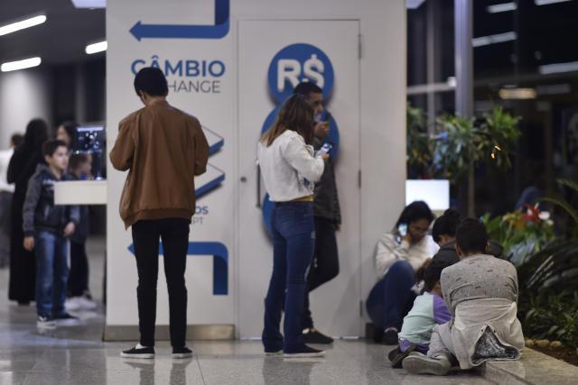 CONFINS, MG, 07.02.2019: BRASIL-CORONAVÍRUS - Chegaram na noite desta sexta-feira (7), em Belo Horizonte (MG), em um voo fretado pelo governo americano, mais uma leva de cerca de 130 brasileiros que foram deportados pelos Estados Unidos. Com isso, restam, pelo menos, 139 cidadãos do Brasil que se encontram detidos sob custodia do Departamento de Imigração e Alfandega (ICE, na sigla em inglês) dos EUA, todos eles com uma ordem final de remoção dada por um juiz de imigração daquele país. (Foto: Douglas Magno/Folhapress)