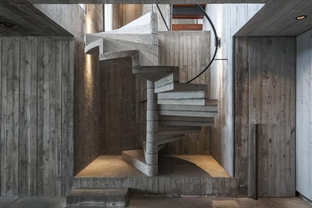 La escalera de hormigón conecta con el diseño exterior https://www.sothebysrealty.com