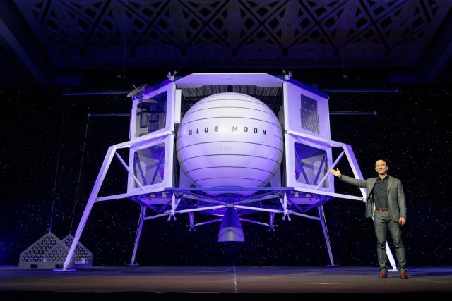 """El millonario Jeff Bezos presentando el módulo lunar """"Blue Moon"""" una de las alternativas para el descenso propulsado del programa Artemisa"""